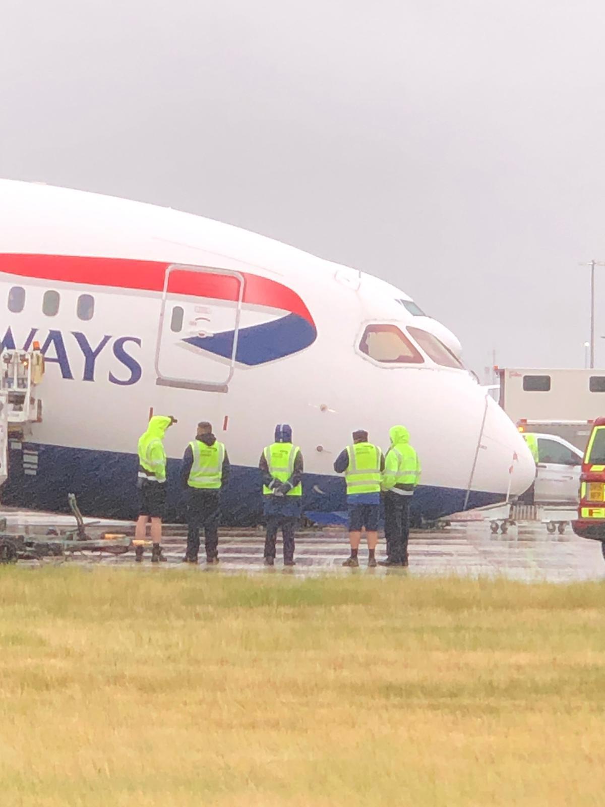 ブリティッシュエアウェイズのB787型機の前輪が駐機中に崩壊
